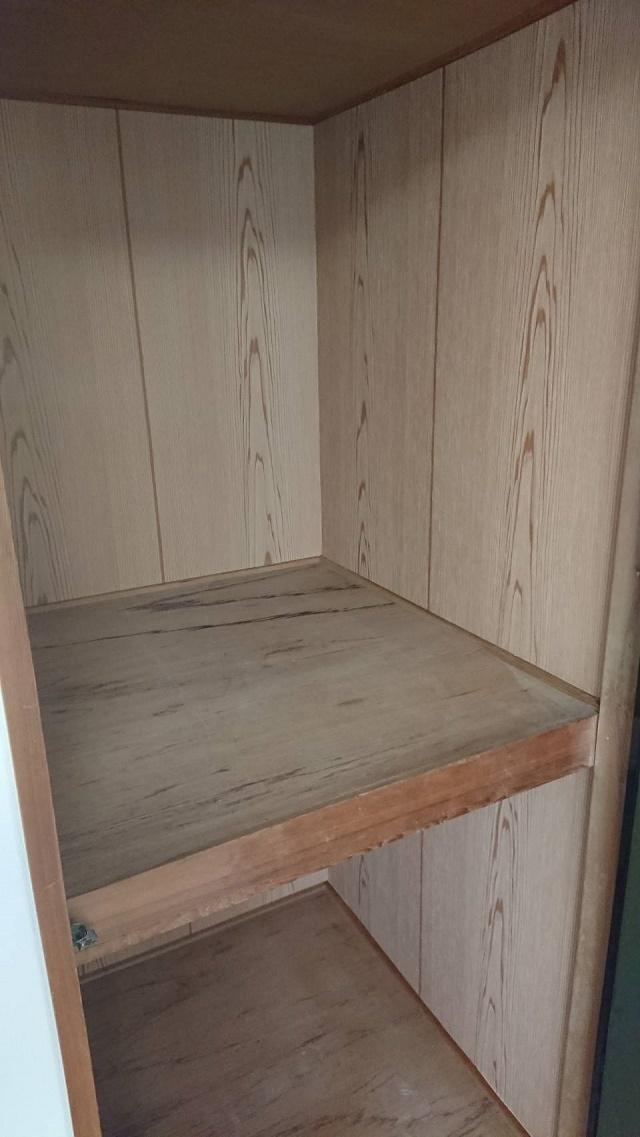 押入れ中側面木目クロス張り